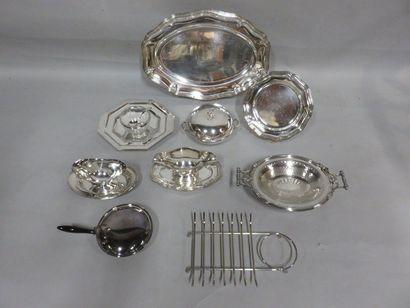 Manette de métal argenté, plats, écuelle,...