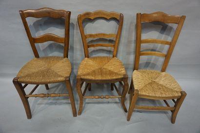 Cinq chaises en bois naturel dont quatre paillées.