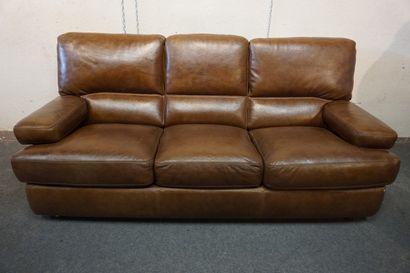 Canapé convertible trois places en cuir marron....