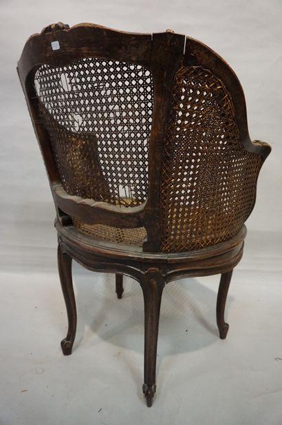 Fauteuil de bureau canné en bois naturel de style Louis XV (accidents au cannage)....