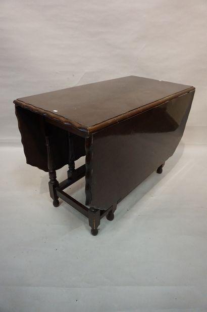 Table gateleg en acajou. 72x148x104 cm (ouverte),...