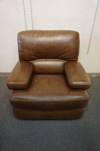 Fauteuil en cuir marron. 95x97x100 cm