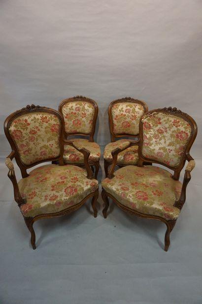 Deux fauteuils et deux chaises en bois naturel...