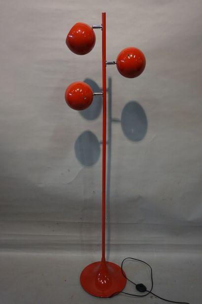 Lampadaire en métal à trois boules laqué...