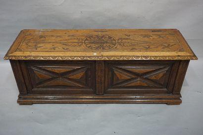 Coffre en bois naturel sculpté. 46x130x40...