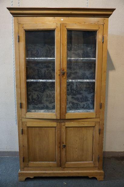 Armoire vitrée en pin à quatre portes dont...