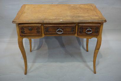 Bureau plat.en bois naturel à trois tiroirs...
