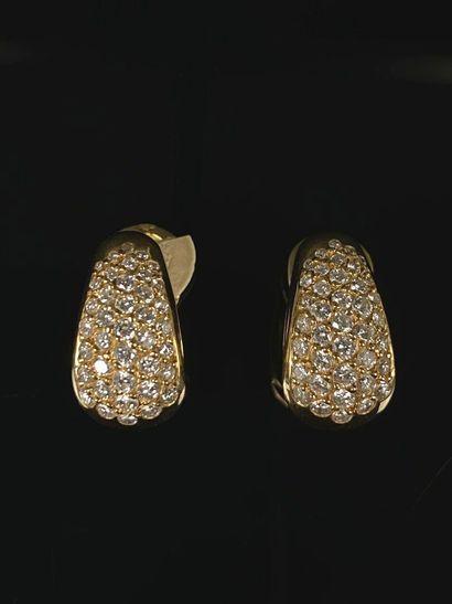 Paire de clips d'oreille en or jaune et diamants....