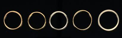 Cinq alliances en or.  Tours de doigt entre...