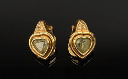 Paire de clips d'oreille en or jaune ornées...