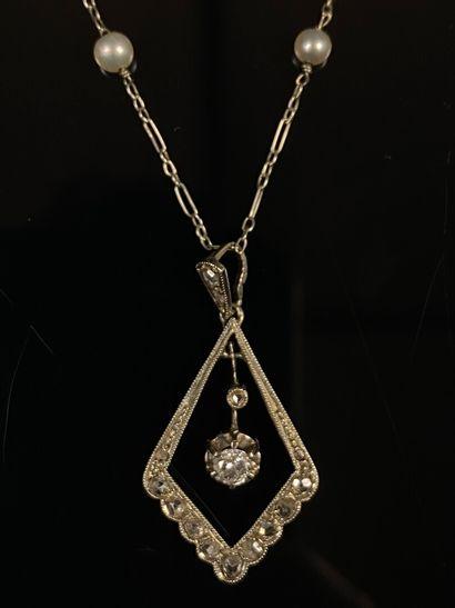 Collier et pendentif en or blanc, la chaine...