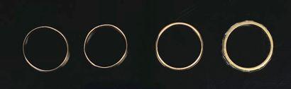 Quatre alliances en or.  Tours de doigt :...