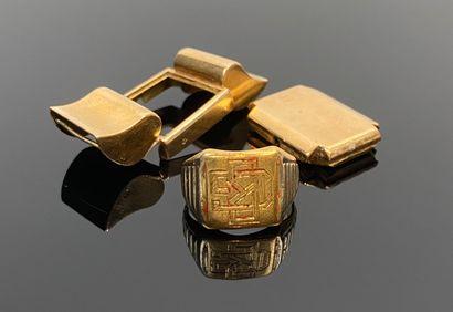 Chevalière et monture de montre en or jaune....