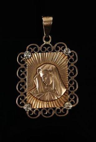 Pendentif en or jaune figurant une Vierge...