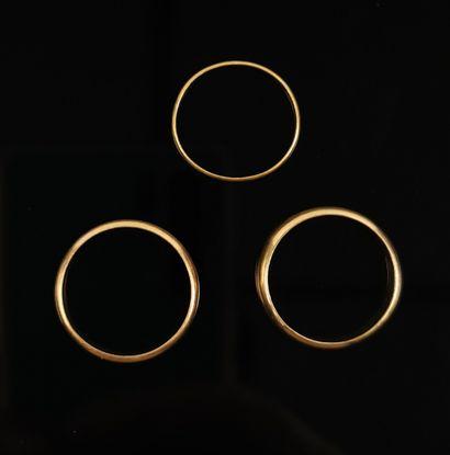 Trois alliances en or jaune.  Tour de doigt...