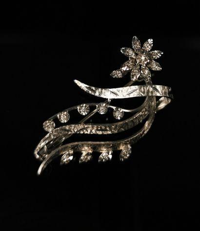 Broche en or blanc et diamants figurant une...
