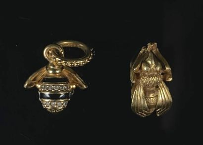 Deux pendentifs en or jaune figurant des...