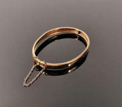 Bracelet jonc en or jaune, ancien.  Chainette...