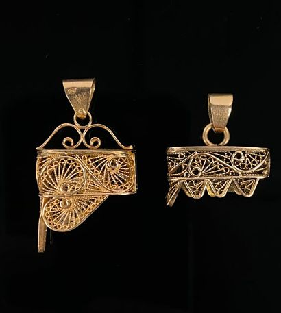 Deux pendentifs en or jaune ajouré.  H_1.5...