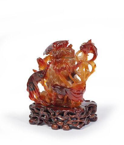CHINE.  Vase couvert en agate sculptée figurant...