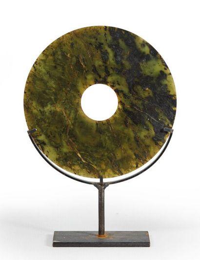 CHINE.  Disque Bi en jade épinard.  D_15cm,...