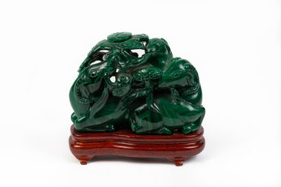 CHINE.  Groupe en malachite sculptée figurant...