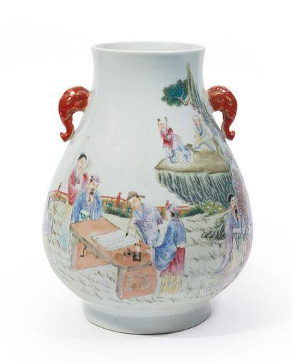 CHINE.  Vase pansu en porcelaine et émaux...