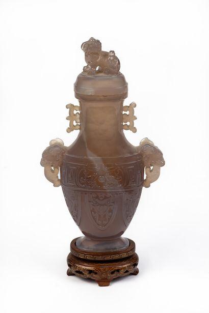 CHINE.  Vase aplati couvert en agate veinée...