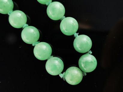 CHINE.  Collier de perles de jade vert, important...