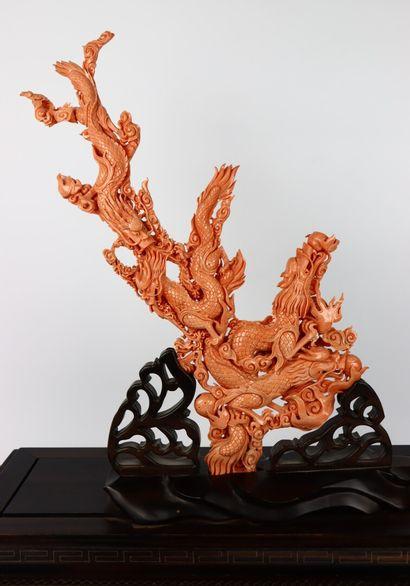 CHINE.  Important groupe en corail sculpté...
