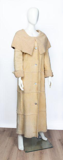 CHANEL.  Manteau long en peau d'agneau lainée...