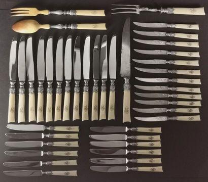 Rare suite de couteaux et couverts à prises...