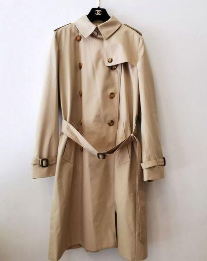 BURBERRY, London.  Trench-coat en gabardine...