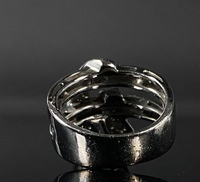 Bague en or gris à décor d'un ruban, serti de petits brillants.  Travail italien...