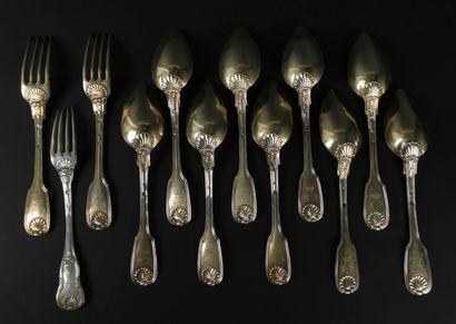 Suite de neuf cuillères et deux fourchettes...
