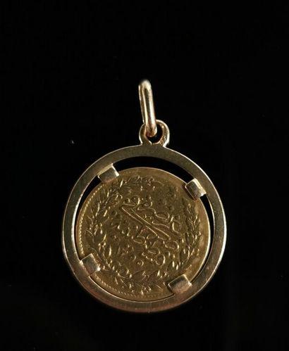 Pendentif en or jaune ornée d'une pièce Turque de 100 kurush or.  H_3,1 cm  5,32...