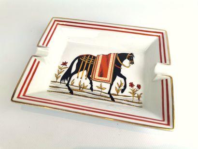 HERMES Paris.  Cendrier en porcelaine à décor...