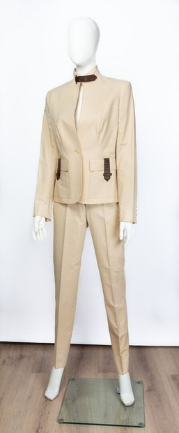 GUCCI.  Tailleur en coton beige, boutonnière...