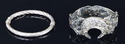 Deux bracelets en argent l'un oriental à...
