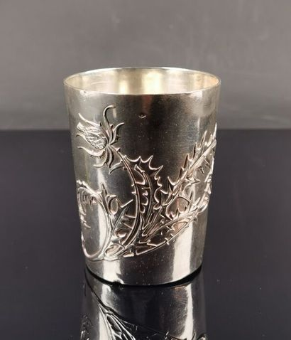 Timbale en argent à décor de tiges de chardons....