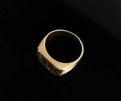 Chevalière d'homme en or jaune, gravée JPM.  Tour de doigt : 61.  16,81 grammes,...