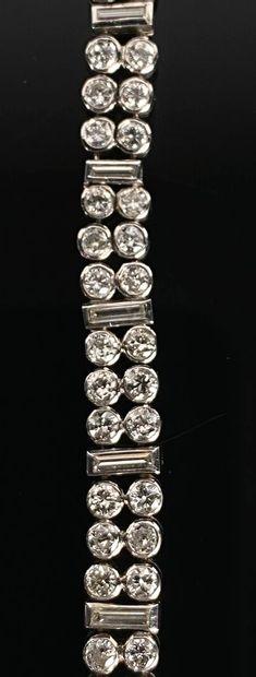 Bracelet en or blanc à deux rangs de diamants de taille brillant, alternés de diamants...