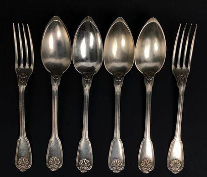Suite de quatre cuillères et deux fourchettes...