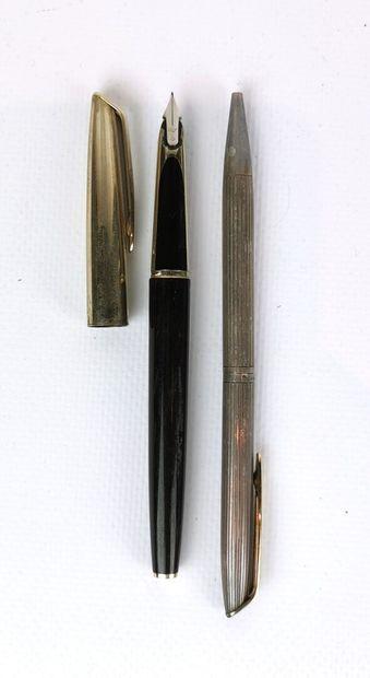 WATERMAN.  Stylo plume en métal doré et bakélite...