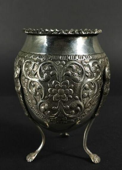 Vase de forme jarre tripode en argent à décor...