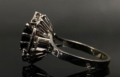 Bague en or blanc ornée d'un saphir et de diamants.  Tour de doigt : 54.  Poids...