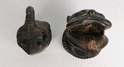 Deux éléments de palanquins zoomorphes.  Bronze...