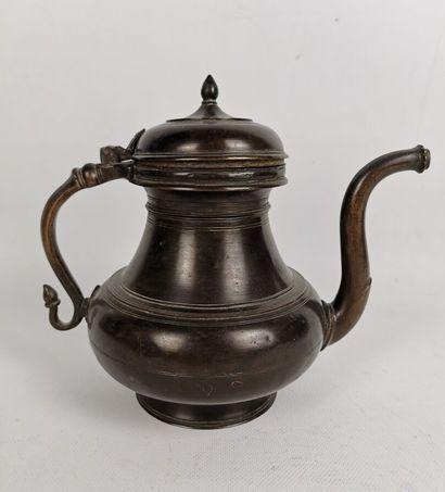 Aiguière.  Bronze patiné.  Inde, XIXe siècle...