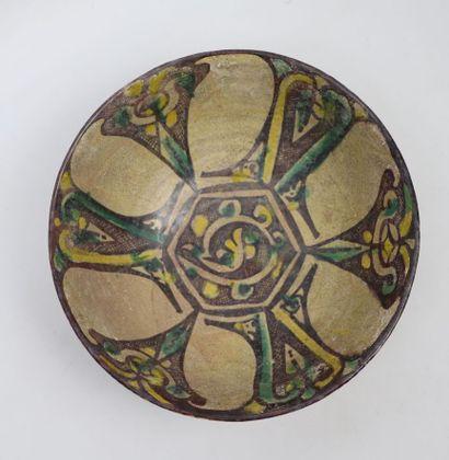 Coupe à décor rayonnant  Céramique argileuse...