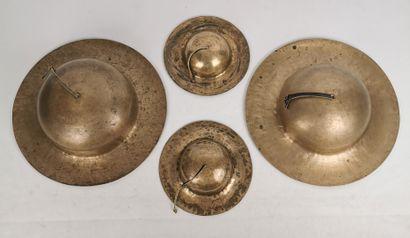 Deux paires de cymbales.  Laiton et cuir....